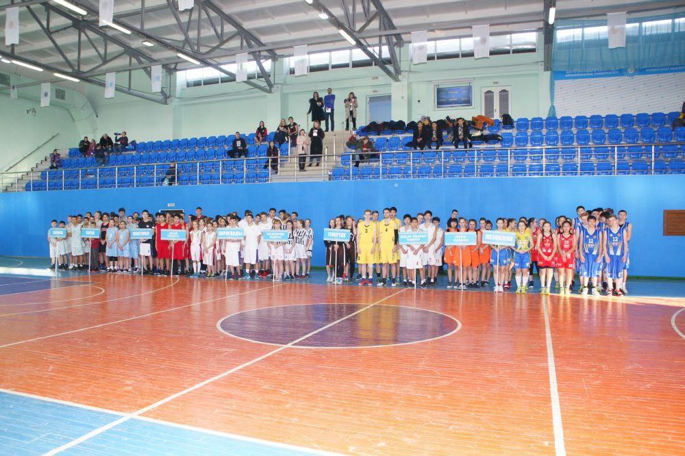 Соревнования среди девушек по баскетболу